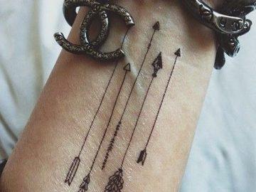 tatuaje flechas en la muñeca
