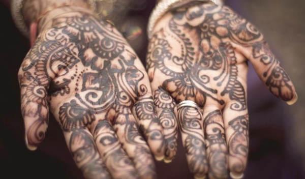 tatuaje de henna en las manos